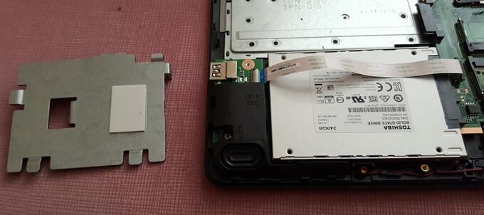Bahsettiğim metal parça solda. Sağda ise SSD'nin slota takıldığını görüyorsunuz.